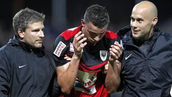 FCA-Stürmer Petar Sliskovic wird nach seinem Tor sichtlich angeschlagen vom Platz geführt