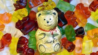 Es geht um das Schicksal eines Bären. Ob derjenige aus Schoggi oder derjenige aus Gummi obsiegt - oder gar beide -, entscheidet sich im September.