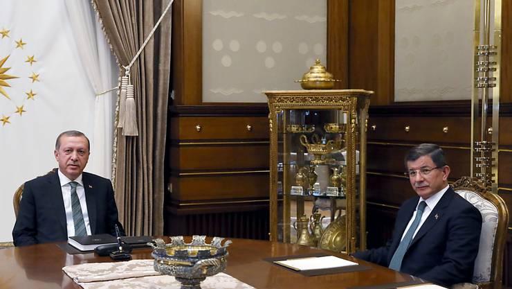 90-minütiges Treffen der beiden starken Männer am Bosporus: Präsident Erdogan (links) und Premier Davutoglu bei ihrer Unterredung in Ankara.