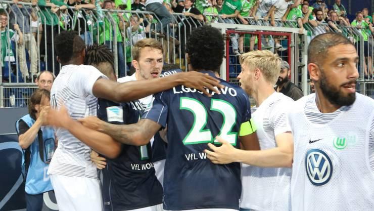 Die Wolfsburger feiern in Braunschweig den Ligaerhalt