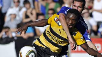 Luzerns Daniel Fanger nimmt seinen Gegenspieler Emmanuel Mayuka in den Würgegriff