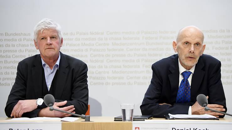 Daniel Koch vom Bundesamt für Gesundheit (rechts) und Hans-Peter Lenz vom Aussendepartement EDA sprechen über die Situation rund um das Coronavirus. In der Schweiz sind mehr als zwanzig Personen in Quarantäne.