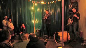 Warm ums Herz: Dank der Musik der britischen Folk-Rock-Band «The Natterjacks» war der frostige Hofraum schnell aufgewärmt.