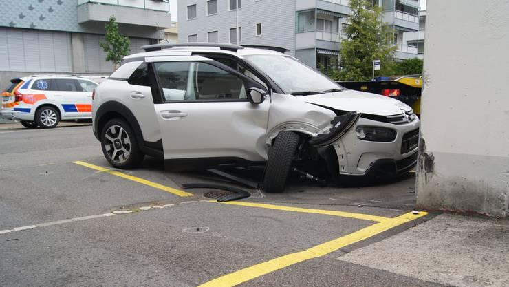 Der 75-jährige Autolenker wurde umgehend betreut und vom Rettungsdienst ins Spital gebracht, wo er kurze Zeit später verstarb.