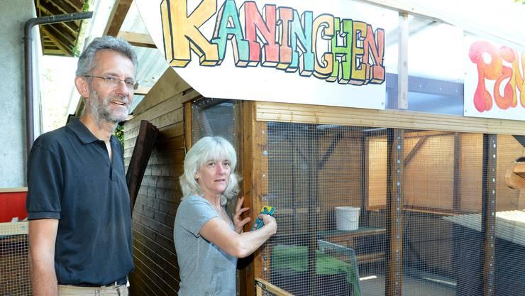 """Das Pfarr-Ehepaar und die Kirchenpflege von Rothenfluh informieren über die """"Kaninchen-Affäre"""". neben dem neuen Stall."""