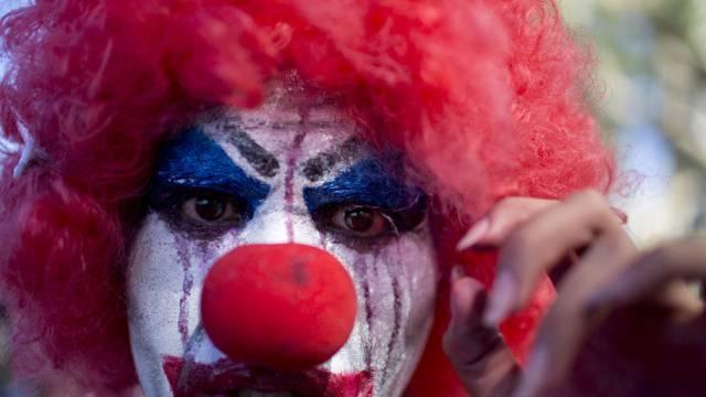 Feige Jugendliche unter Clown-Masken (Symbolbild)
