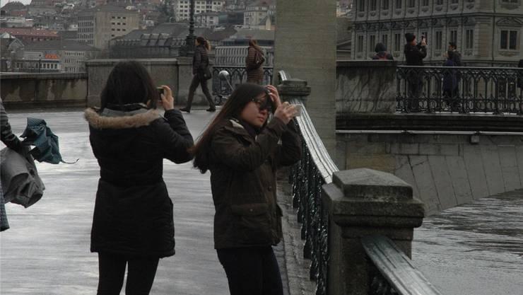 Touristen knipsen viel und gerne. Aber auch an Geburtstagen und Hochzeiten schiessen wir Fotos zuhauf.