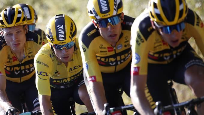Das Team Jumbo Visma um Gesamtleader Primoz Roglic (2. v.l.) hat das Geschehen bei der 107. Tour de France fest im Griff.