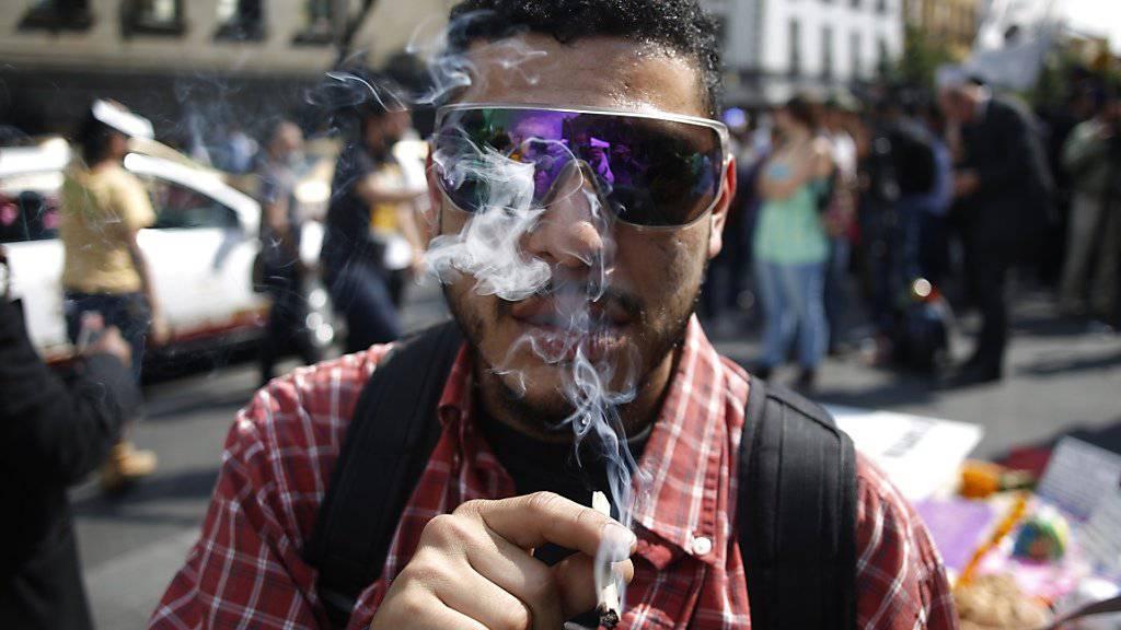 Ein Marihuana-Legalisierungs-Befürworter raucht vor dem Sitz des Obersten Gerichtshofs in Mexiko-Stadt.