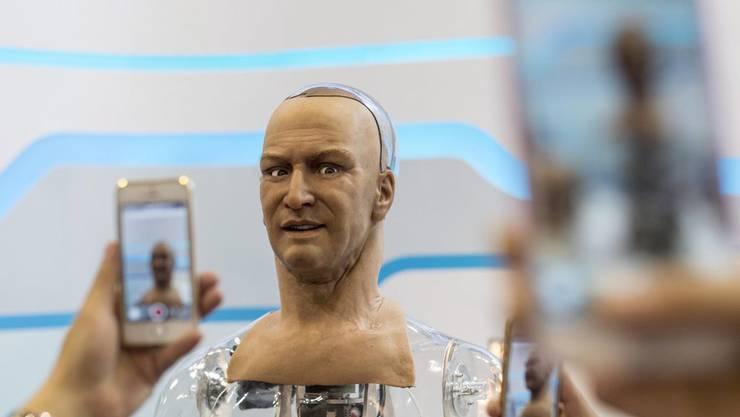 Übernehmen bald Roboter unsere Arbeitsplätze? Die Angst ist real - und gar nicht so fantastisch.