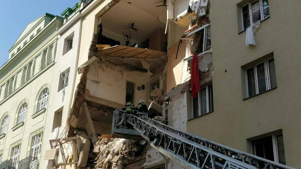 Nach einer Explosion in Wien klafft ein riesiges Loch in der Fassade eines Gebäudes.