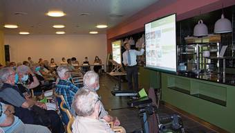 Präsident Mike Lauper erläutert den Mitgliedern den zukünftigen Sinnespark.