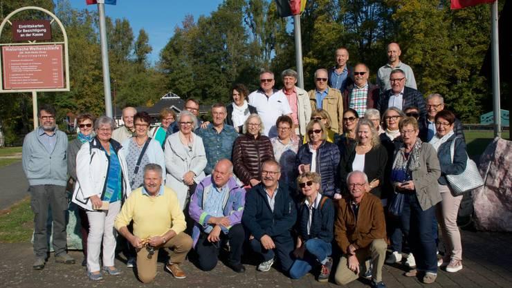 Die Sänger vom Männerchor Kappel mit Partnerinnen und Freunden vom MGV und Frauenchor Herborn vor der historischen Weiherschleife in Idar-Oberstein