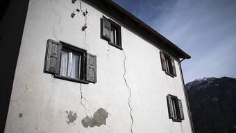 Risse in einer Hausfassade zeugen von der ständigen Bewegung im Untergrund: das Bündner Bergdorf Brienz im Albulatal ist von einem grossen Bergsturz bedroht.