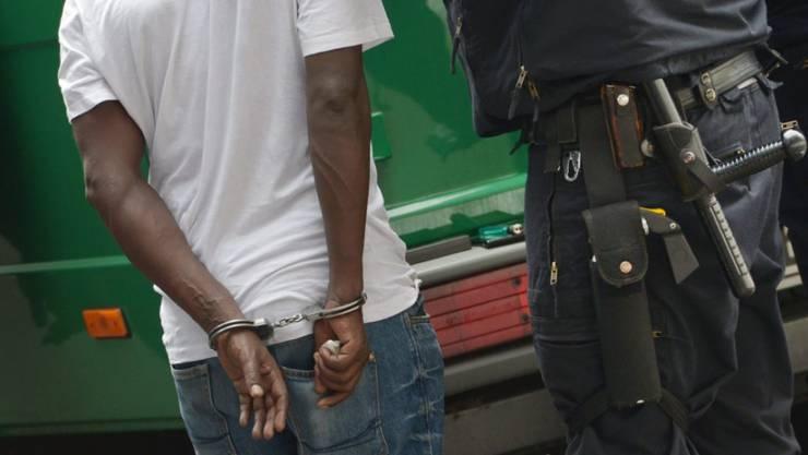 In rund 70 Prozent der Fälle private Sicherheitsleute die Situation wieder beruhigen. In den restlichen rund 30 Prozent mussten sie zur Intervention die Polizei beiziehen. (Symbolbild)