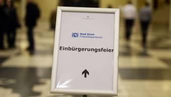 Knapp 45'000 Personen haben im Jahr 2016 das Schweizer Bürgerrecht bekommen. Von allen Schweizer Bürgern haben 17,3 Prozent eine zweite Staatszugehörigkeit. Im Kanton Genf sind sogar 45 Prozent aller Bürger Doppelbürger. (Archivbild)
