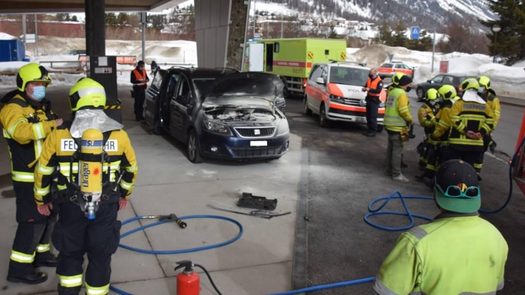 Die Feuerwehr war rasch zur Stelle, weil sie zufälligerweise am Brandort vorbeifuhr. Deshalb fiel der Sachschaden bei einem Autobrand nur gering aus.