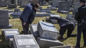 Polizisten begutachten den Schaden im jüdischen Friedhof Mount Carmel in Philadelphia.
