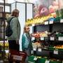 Kaum mehr Geld für den täglichen Einkauf: Die Corona-Krise bringt Menschen am Existenzminimum in akute Notlagen. (Archivbild)