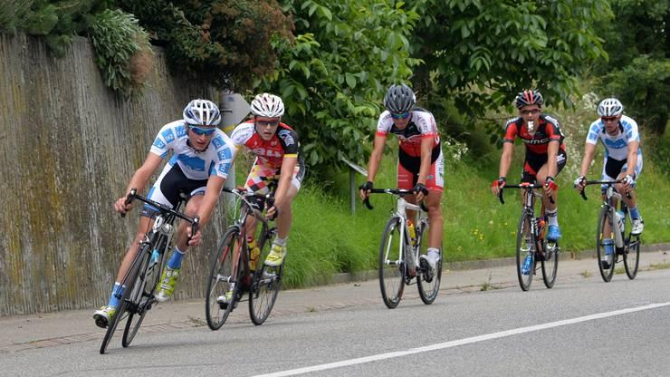 EKZ-Teamtaktik auf der Schlussrunde: Lukas Müller machte vorne die Gegner mit seinen Angriffen mürbe, hinten beobachtete der spätere Sieger Fabian Lienhard das Geschehen.