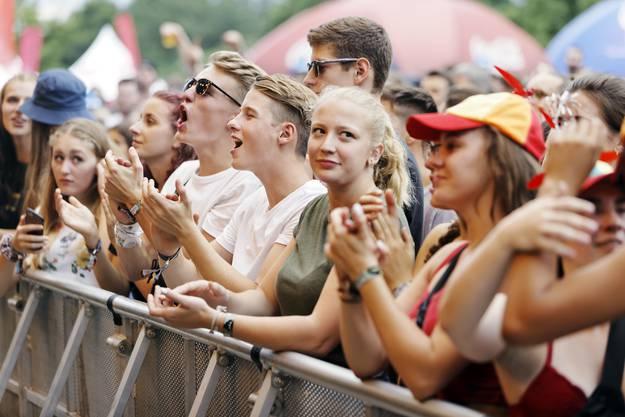 Begeisterte Fans von Lewis Capaldi am Heitere Open Air 2019.