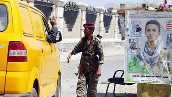 Huthi-Rebellen kontrollieren Fahrzeuge an einer Strassensperre in Sanaa, der Hauptstadt des Jemens.