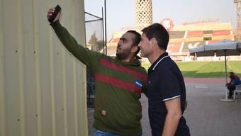 Ein Fan bittet um ein Selfie mit dem Schweizer Coach: René Weiler trainiert Anfang September den ägyptischen Rekordmeister Al-Ahly Kairo.