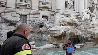 Reinigungsarbeiten im Trevi-Brunnen