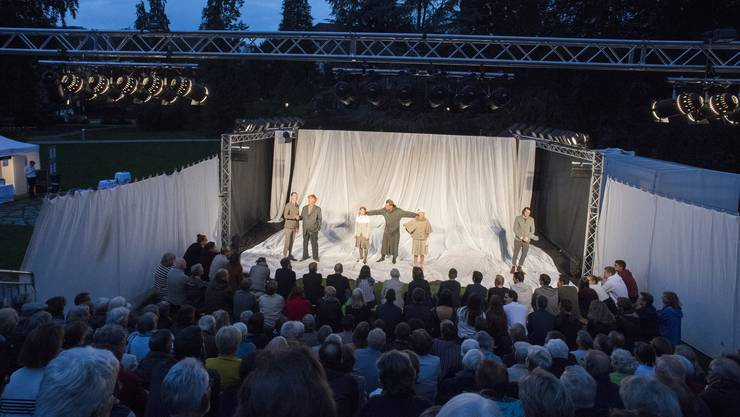 Weil das Kurtheater umgebaut wird, finden Aufführungen an unterschiedlichen Orten statt: «Ein Sommernachtstraum» wurde im September im Badener Kurpark aufgeführt.