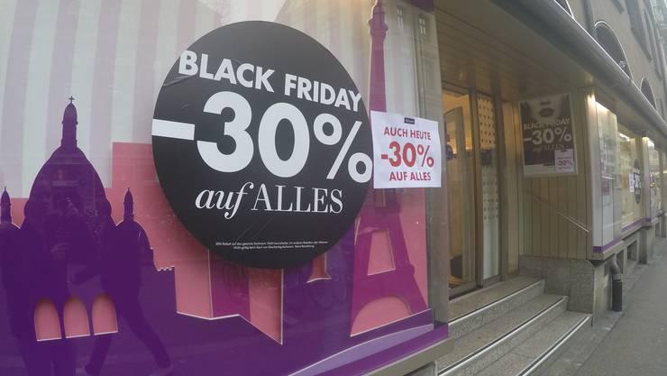 In Basel werben viele Geschäfte für den Ausverkauf am Black Friday.