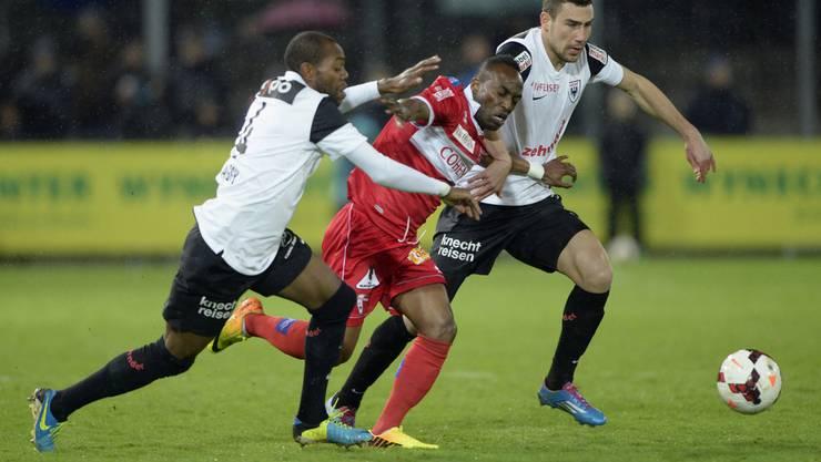 Das letzte Mal duellierten sich der FCA und Sion im Brügglifeld am 23. März.  Ishmael Yartey versucht sich gegen Kim Jaggy und Artur Ionita durchzusetzen