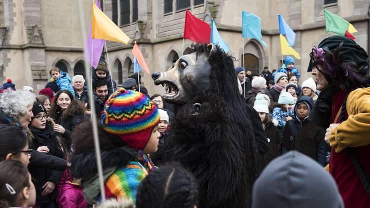 Bärentag der Gesellschaft zum Bären. Start auf dem Matthäuskirchplatz. Der Bär zieht weiter.