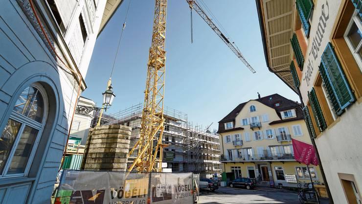 Der Kurplatz soll zum eleganten Stadtplatz werden: Er erhält zuerst einen provisorischen Belag und wird im Sommer 2021 neu gepflästert.