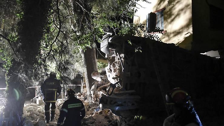 Nächtliche Bergungsarbeiten bei dem entgleisten griechischen Zug, der ein Haus rammte