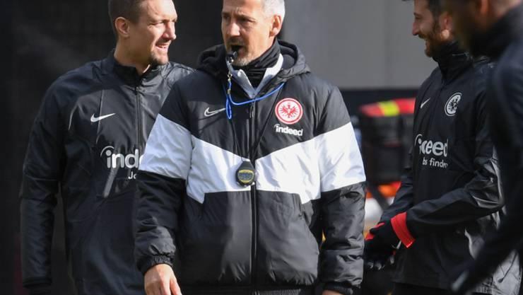 Frankfurts Trainer Adi Hütter (Mitte) kann mit seiner Mannschaft nach zweiwöchiger Quarantäne wieder trainieren