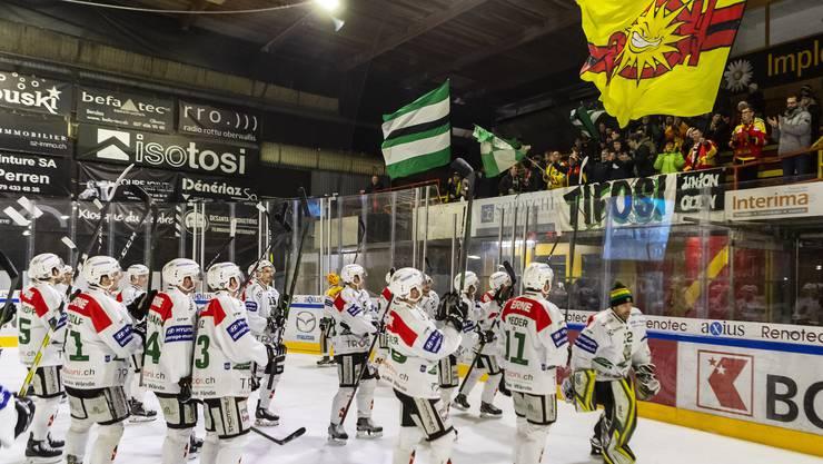 Die Olten-Spieler bedanken sich nach dem Sieg bei den mitgereisten Fans, die gemeinsam im Block mit ein paar Sierre-Anhänger das Spiel mitverfolgt haben. So harmonisch kann Hockey sein.