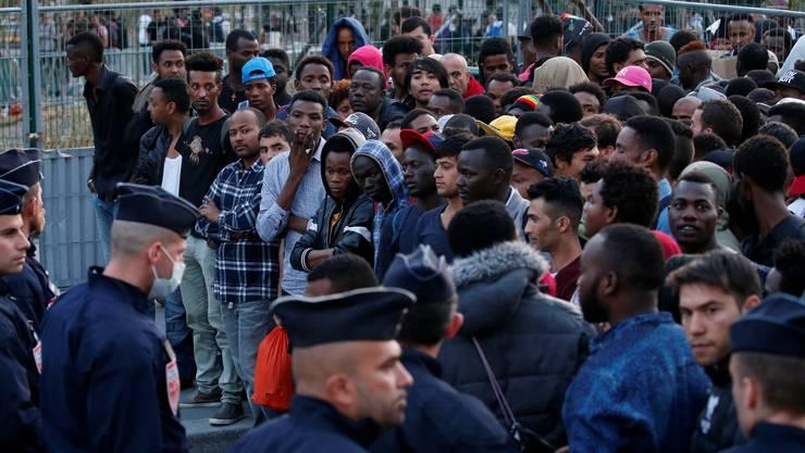 Die Polizei versucht, Migranten zu vertreiben, die auf den Zugängen vor dem Aufnahmecenter an der Porte de la Chapelle in Paris leben.