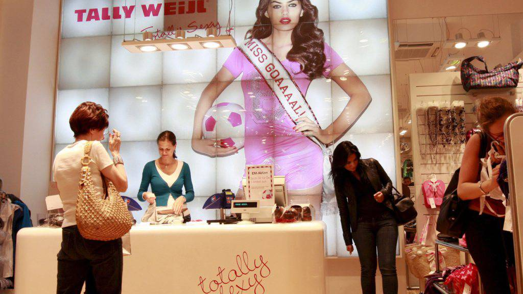 Ein Tally-Weijl-Shop in Wien. Die Modekette bezahlt neue Mitarbeiter am Hauptsitz in Basel künftig in Euro.