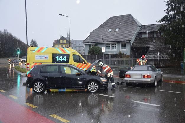 Dabei wurde sowohl der mutmassliche Unfallverursacher wie auch die stadtauswärts fah-rende Automobilistin verletzt.