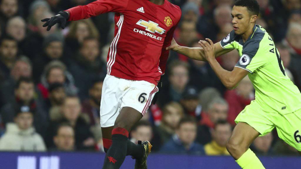 Manchester Uniteds Paul Pogba im Kampf um den Ball mit dem Liverpooler Trent Alexander-Arnold