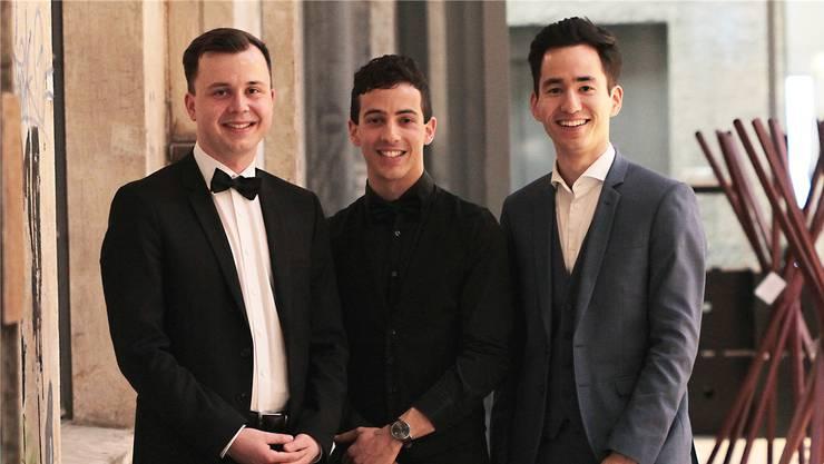 V.l.: Valentin Roniger (neuer Präsident), Ramin Abbassi (Dirigent), Yannick Berner (abtretender Präsident).