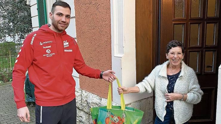 Lieferung bis an die Haustüre: Handballer Milomir Radovanovic (l.) und seine Teamkollegen vom NLA-Klub TV Endingen kaufen an den nächsten beiden Samstagen für die Bevölkerung ein.