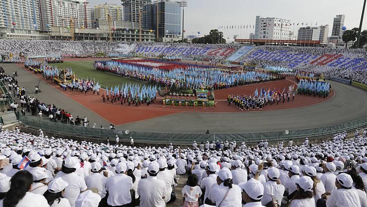 Kambodschaner schauen sich am 40. Jahrestag des Sieges über die Roten Khmer eine Parade im Olympiastadion von Phnom Penh an.