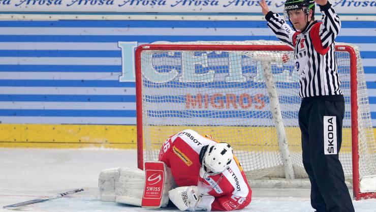 Der Schweizer Torhüter Martin Gerber verletzte sich bereits in der 9. Minute und musste das Spiel abbrechen.
