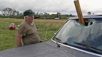 Ein Holztrümmer krachte während des Sturms in Hamilton im US-Bundesstaat Missouri durch die Frontscheibe eines Autos.
