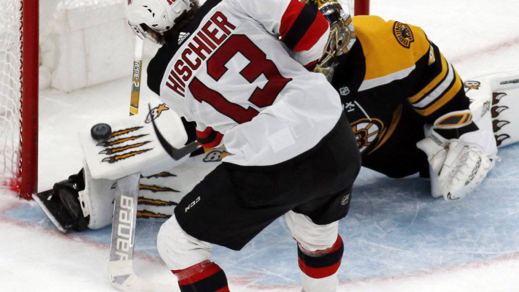 Nico Hischier verzögert den Schuss vor Bostons Goalie Jaroslav Halak geschickt und trifft zum 4:1