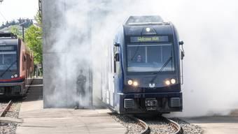 Mit Schall und Rauch: Neu designter Aargauer Zug rollt aus der Remise.