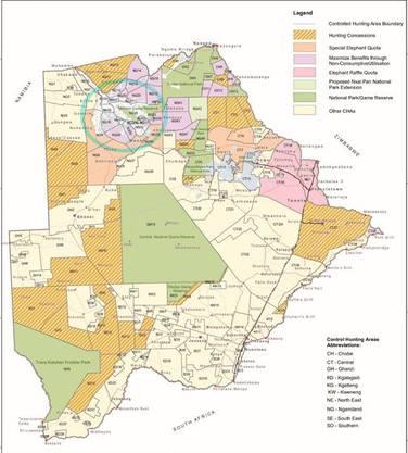 Die gelb-orange gestreiften Gebiete sind Jagd-Konzessionen. Die grünen Gebiete sind Nationalparks.