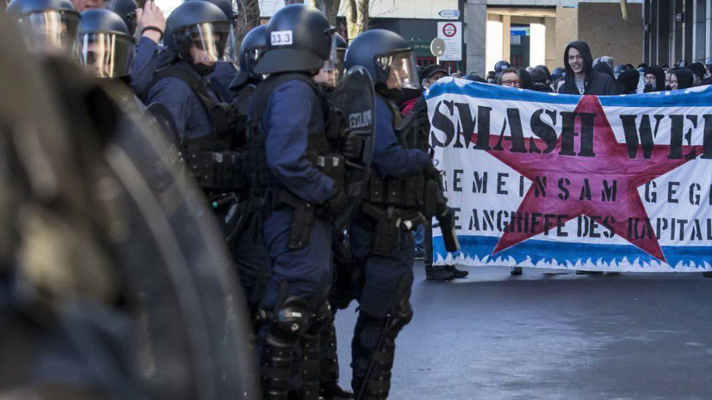 Mit einem Grossaufgebot hat die Polizei am Samstagnachmittag in der Stadt Zug eine unbewilligte Demonstration gegen das WEF verhindert. Die Kundgebungsteilnehmenden wurden auf dem Bundesplatz eingekesselt und kontrolliert.