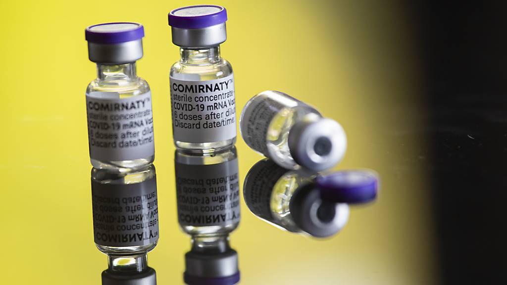 Das Bundesamt für Gesundheit hat am Montag 5578 neue Ansteckungen mit dem Coronavirus innert drei Tagen gemeldet. Im Bild sind Impfstoff-Fläschchen. (Symbolbild)